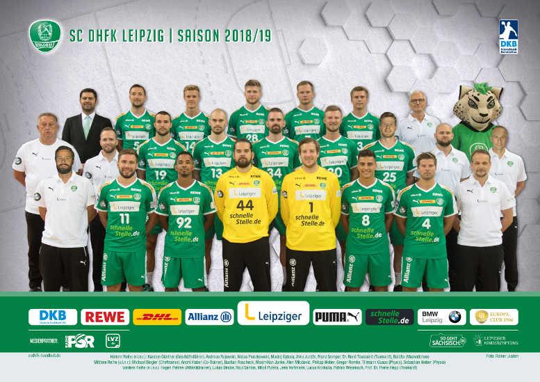 SC DHfK Leipzig - Saison 2018-2019 - Handball Bundesliga - Hintere Reihe (v.l.n.r.): Karsten Günther (Geschäftsführer), Andreas Rojewski, Niclas Pieczkowski, Maciej Gębala, Aivis Jurdžs, Franz Semper, Dr. René Toussaint (Teamarzt), BalLEo (Maskottchen) - Mittlere Reihe (v.l.n.r.): Michael Biegler (Cheftrainer), André Haber (Co-Trainer), Bastian Roscheck, Maximilian Janke, Alen Milošević, Philipp Weber, Gregor Remke, Tillmann Quaas (Physio), Sebastian Weber (Physio) - Vordere Reihe (v.l.n.r.): Hagen Pietrek (Athletiktrainer), Lukas Binder, Raul Santos, Miloš Putera, Jens Vortmann, Lucas Krzikalla, Patrick Wiesmach, Prof. Dr. Pierre Hepp (Teamarzt) - Foto: Rainer Justen