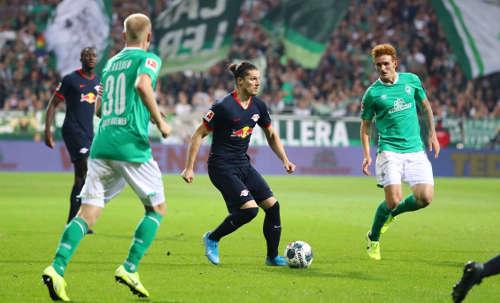 Fußball Bundesliga, SV Werder Bremen vs. RasenBallsport Leipzig. Davy Klaassen (Bremen), Marcel Sabitzer (RB Leipzig) und Joshua Sargent (Bremen). Foto: GEPA pictures / Roger Petzsche